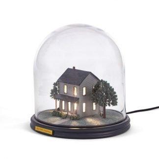 Seletti lampada a campana di vetro riproduzione ambientazione casa di campagna con alberi