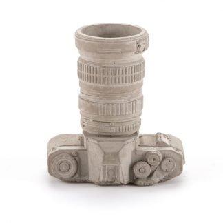 seletti riproduzione di una macchina fotografica reflex in cemento utilizzabile come porta penne da scrivania o vaso porta piantina