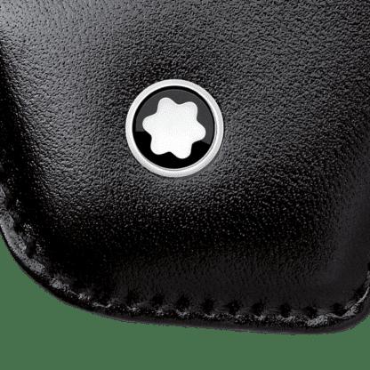 particolare del logo Monblanc su portachiavi