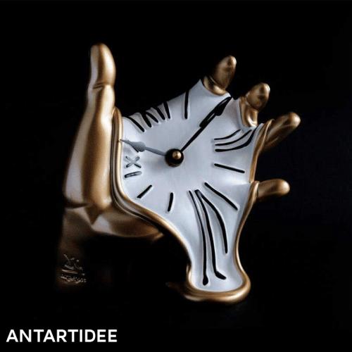 immagine di copertina della pagina antartidee con orologio molle su mano dorata