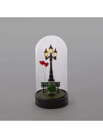 Seletti lampada da tavolo seletti my little valentine ricaricabile a led raffigura una ambientazione di un lampione con panchina e palloncini a forma di cuore