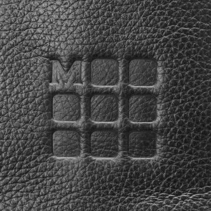 Borsa Moleskine Classic in Pelle per Dispositivi in Verticale Nero particolare del logo