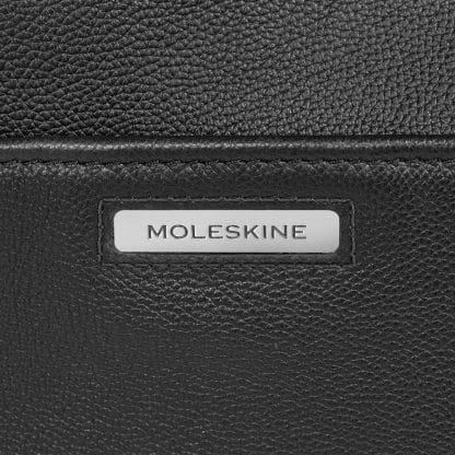 Folder Moleskine Match in pelle nero particolare del logo