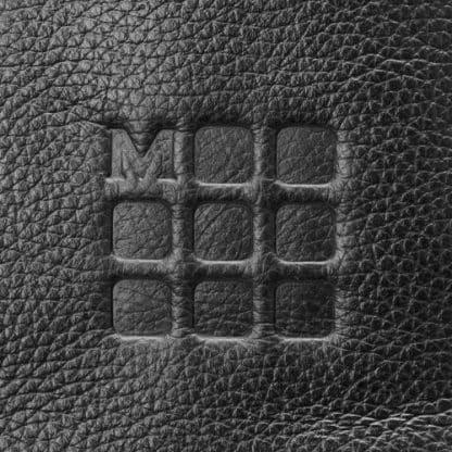 Zaino Moleskine Classic Pro in Pelle Nero particolare del logo