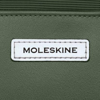 Zaino Moleskine Metro Slim Verde particolare del logo