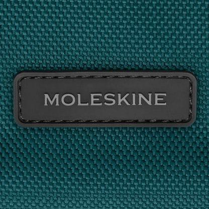 Zaino Moleskine Tessuto Tecnico Verde Marea particolare del logo
