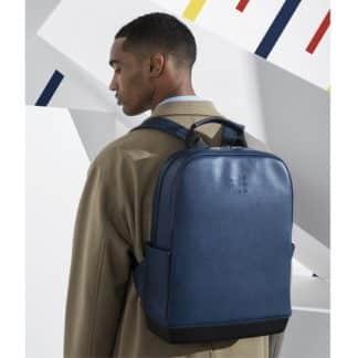 Moleskine Zaino Classic Blu Zaffiro indossato su modello