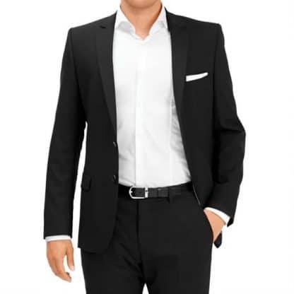 Cintura Montblanc in pelle reversibile nero marrone e regolabile indossata da modello