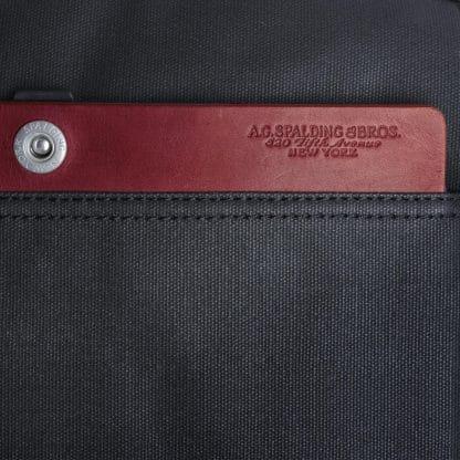 Beauty Spalding con 2 zip e inserti in pelle di colore rosso particolare del logo