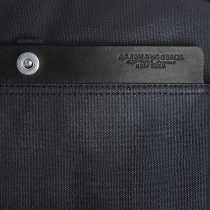 Beauty Spalding con 2 zip e inserti in pelle di colore nero particolare del logo