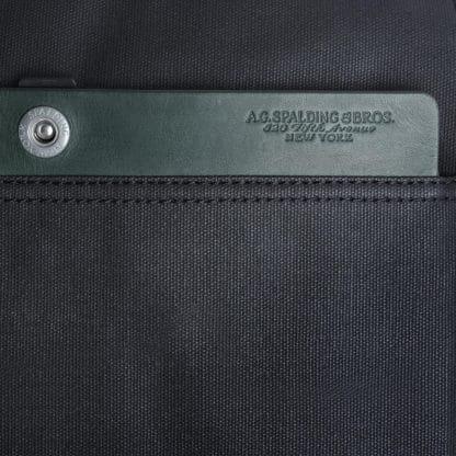 Beauty Spalding con 2 zip e inserti in pelle di colore verde particolare del logo