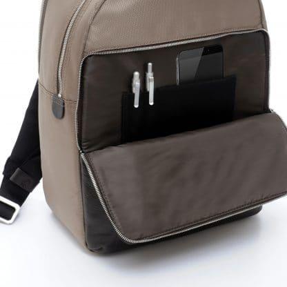 Zaino Metropolitan Khaki particolare della tasca anteriore aperta