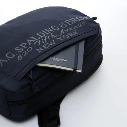 A.G. Spalding & Bros Vertical zaino in tessuto nylon colore verde scuro con logo Spalding sul frontale particolare della tasca anteriore