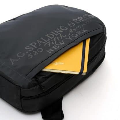 A.G. Spalding & Bros Vertical zaino in tessuto nylon colore grigio asfalto con logo Spalding sul frontale particolare della tasca anteriore