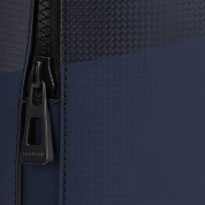 """Zaino Montblanc piccolo Extreme 2.0 in pelle di vitello con stampa trama fibra di carbonio di colore nero/blu a 3 scomparti e porta pc fino a 13"""" particolare della zip"""