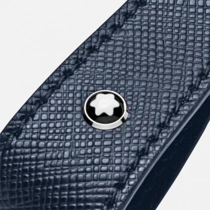 Montblanc sartorial portachiavi in pelle di vitello con stampa saffiano di colore blu particolare del logo